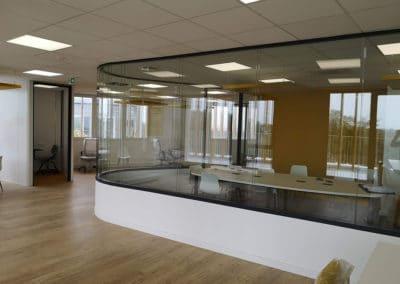 Cloisons courbes vitrées bord à bord – Société de consulting en gestion d'immobilier